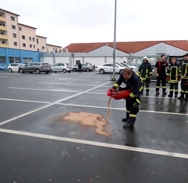 Diese Ölspur wurde auf einem Supermarkt-Parkplatz in Einbeck abgestreut. Foto: Peter Kitzig/Einbecker Morgenpost